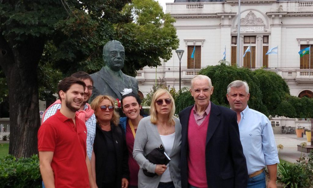 Con claveles, desde el Comité Radical de Saladillo homenajearon al ex- Presidente Raúl Alfonsín en el día de su 92 aniversario
