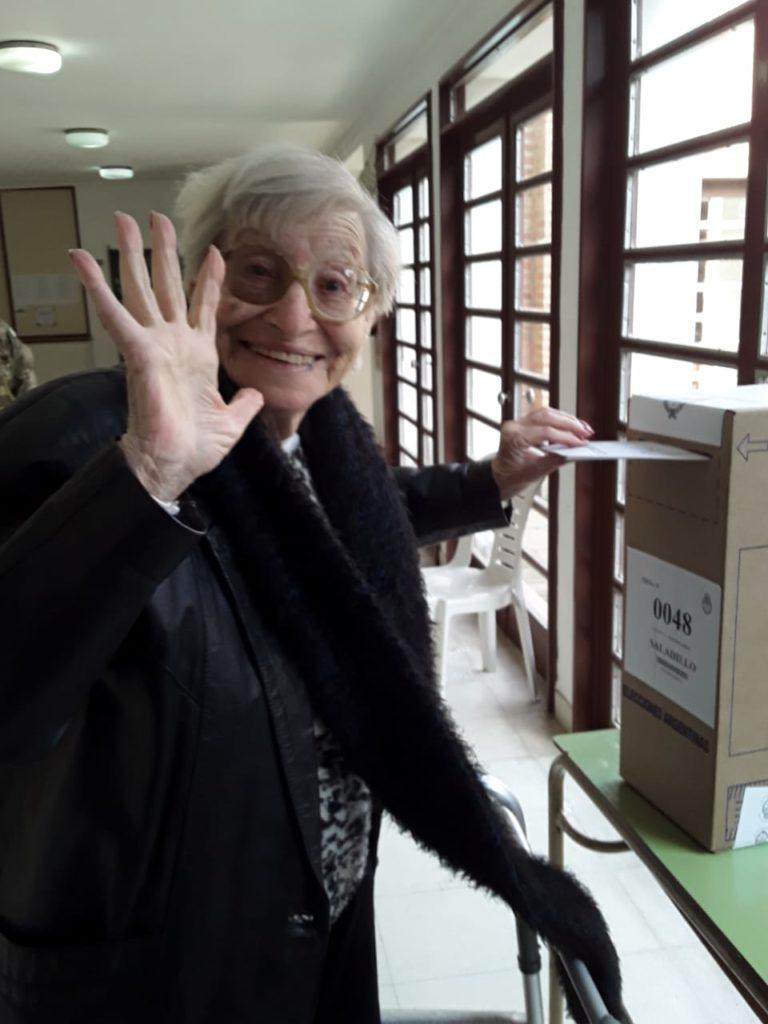 Vitalidad, compromiso y convicción: muchos adultos mayores eligen continuar votando