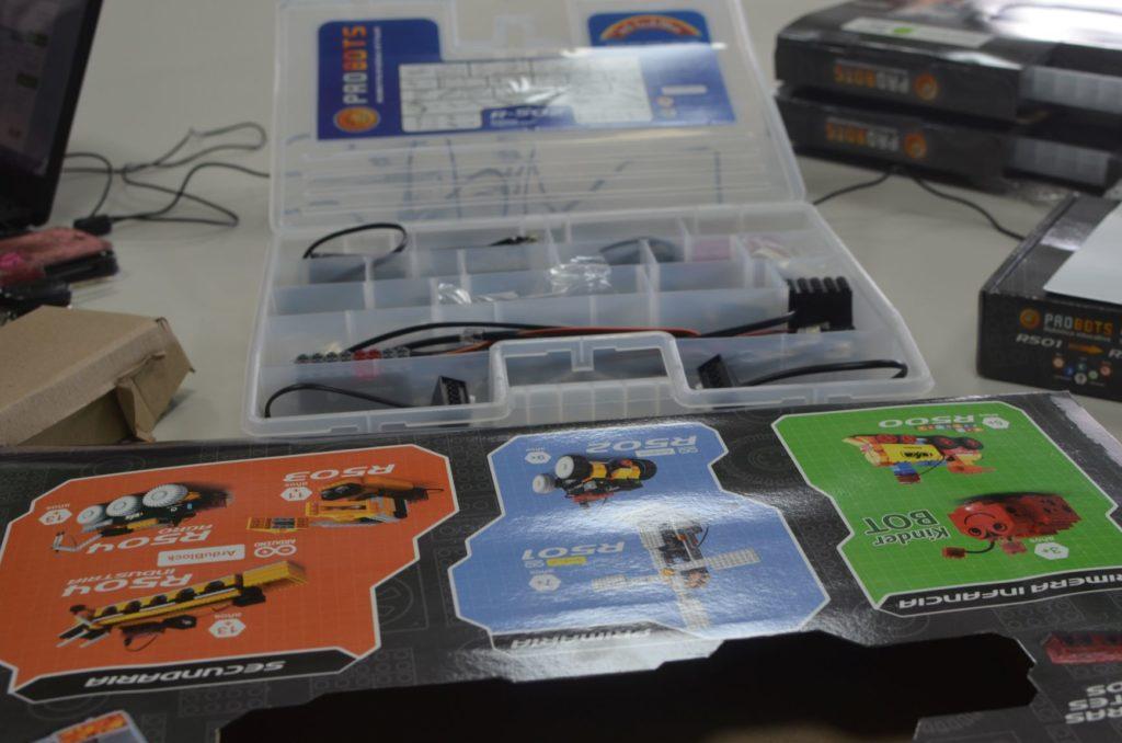 Elustondo, Ministro de Ciencia y Tecnología, entregó kits de robótica al CURS