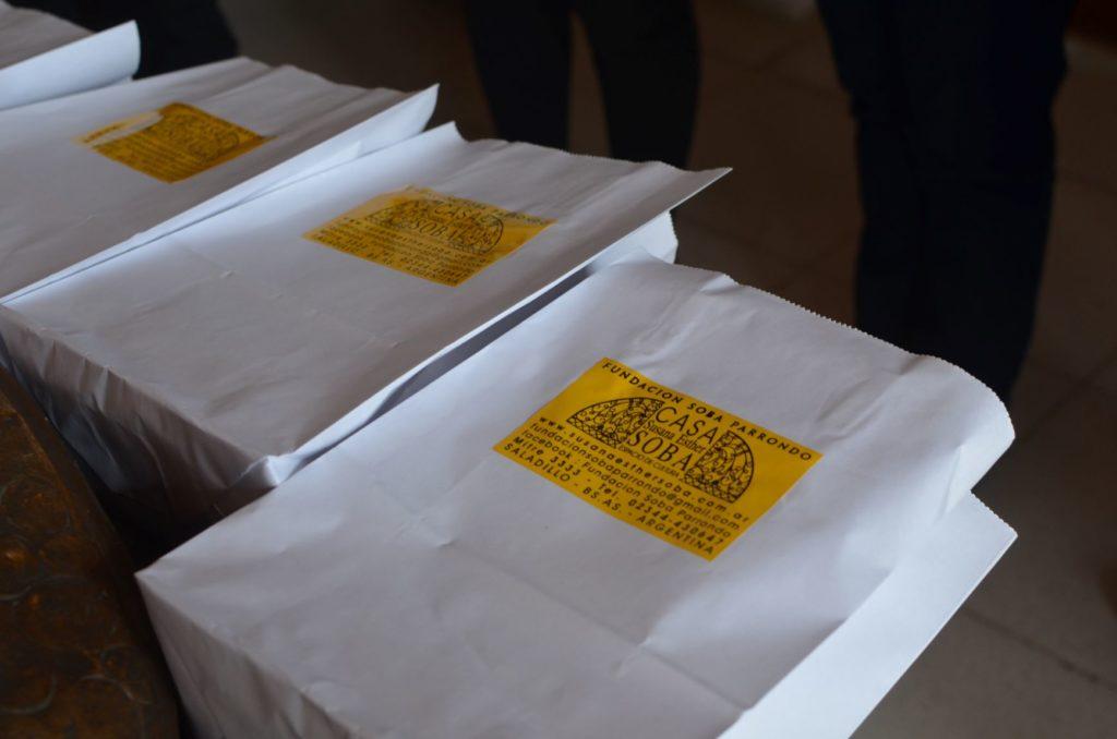La fundación Soba Parrondo entregó dos ejemplares del libro 'Opinar desde el llano' a cada biblioteca